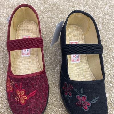妈妈绣花鞋,面料采用麻料。